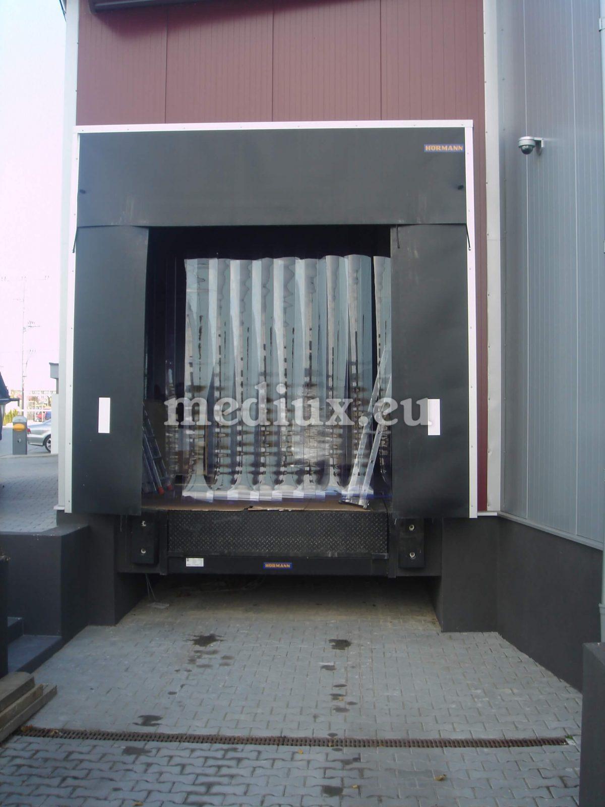 PVC-Streifenvorhang bestehend aus hellblauen transparenten PVC-Streifen mit den Maßen 300 x 3 mm