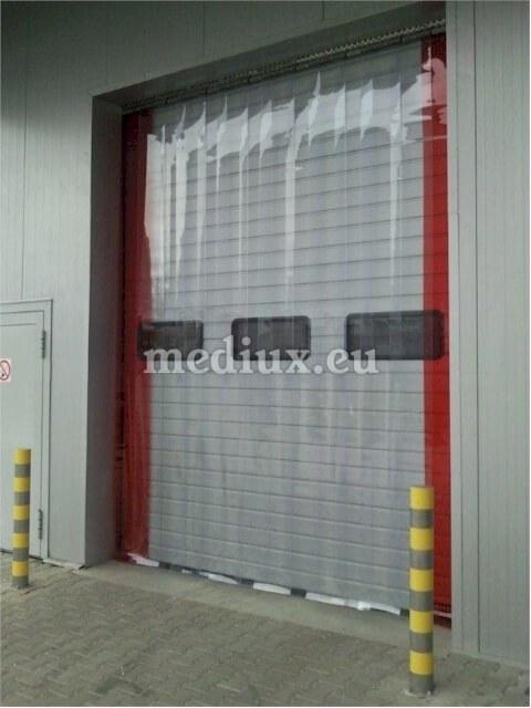 Anbringung eines PVC-Vorhangs als vorgelagerte Abtrennung vor einem Außentor