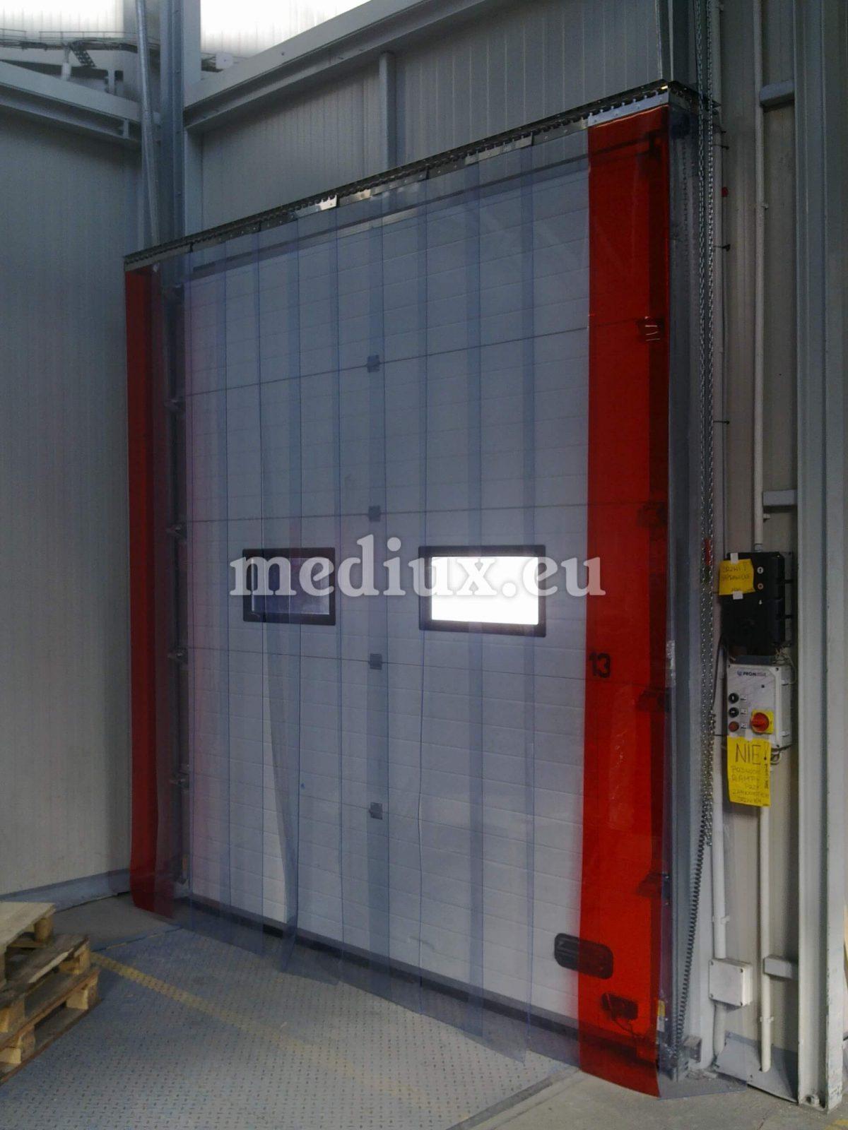 PVC-Streifenvorhang bestehend aus nicht transparenten weißen und stahl-silbernen PVC-Streifen mit den Maßen 200 x 2 mm