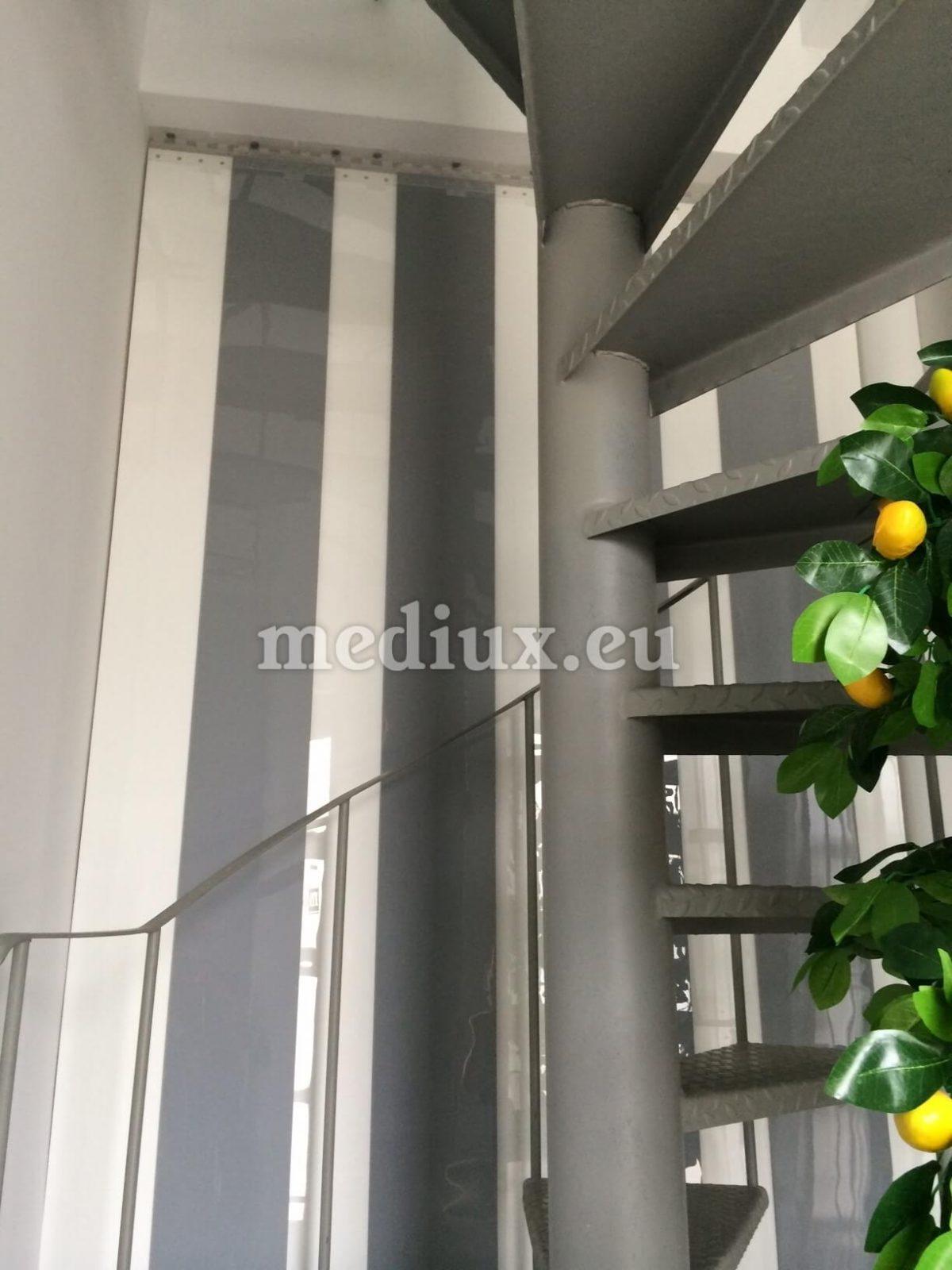 PVC-Streifenvorhang bestehend aus milchig-transparenten, lichtdurchlässigen PVC-Streifen mit den Maßen 200 x 2 mm